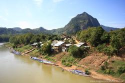 Cabañas y barcos a orillas del río, en Nong Khiaw